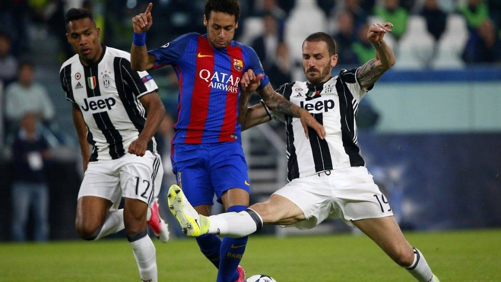 Barcelona's Brazilian forward Neymar (C) fights for the ball with Juventus' defender from Brazil Alex Sandro and Juventus' defender from Italy Leonardo Bonucci (R) during the UEFA Champions League quarter final first leg football match Juventus vs Barcelona, on April 11, 2017 at the Juventus stadium in Turin.  / AFP PHOTO / Marco BERTORELLO