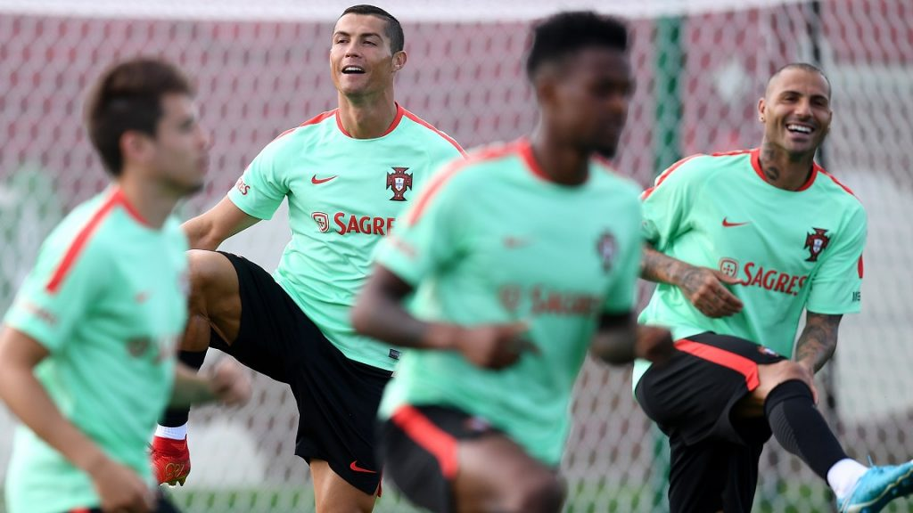 Portugal's foward Cristiano Ronaldo and Ricardo Quaresma (R) smile during a training session ahead of the Russia 2017 Confederation Cup football tournament in Kazan on on June 16, 2017. / AFP PHOTO / FRANCK FIFE