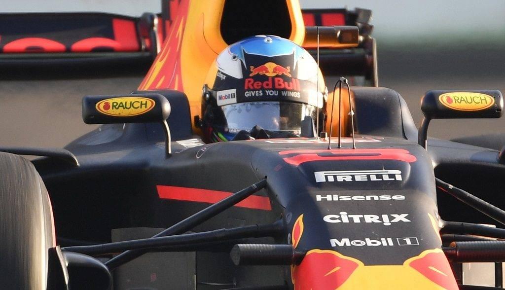 Red Bull's Australian driver Daniel Ricciardo steers his car during the Formula One Azerbaijan Grand Prix at the Baku City Circuit in Baku on June 25, 2017. / AFP PHOTO / Alexander NEMENOV