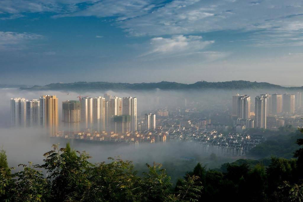 (170627) -- CHONGQING, June 27, 2017 (Xinhua) -- Photo taken on June 27, 2017 shows buildings shrouded by advection clouds in Chongqing, southwest China.  (Xinhua/Luo Guojia) (zwx)