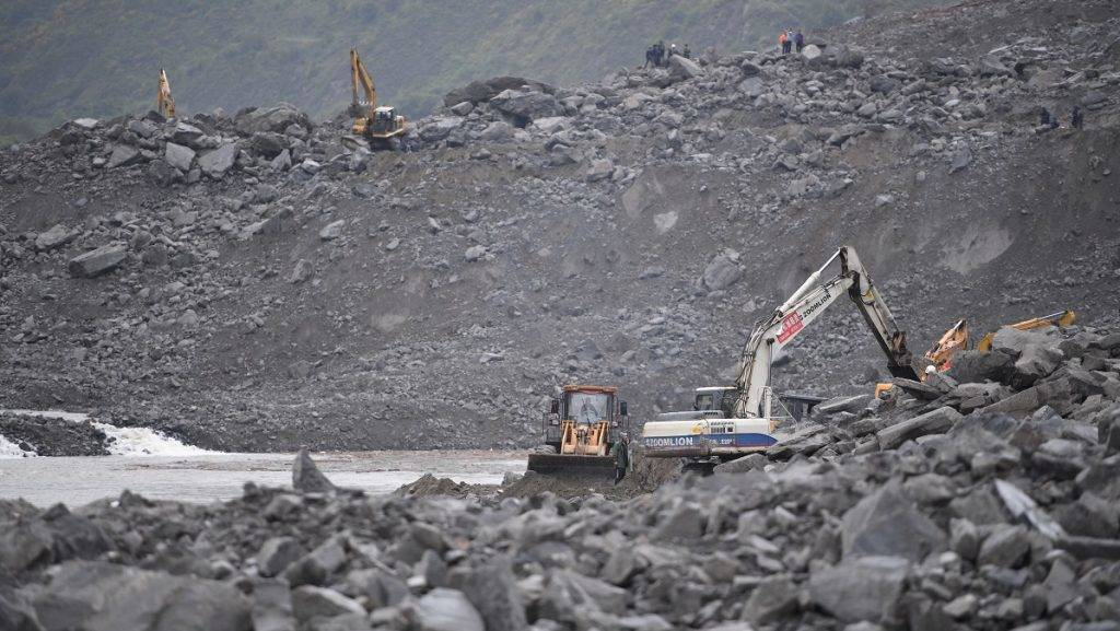 (170624) -- MAOXIAN, June 24, 2017 (Xinhua) -- Rescuers work at the accident site after a landslide occurred in Xinmo Village of Maoxian County, Tibetan and Qiang Autonomous Prefecture of Aba, southwest China's Sichuan Province, June 24, 2017. The rescue headquarters of the landslide in Sichuan Province has said the landslide buried 62 homes, and more than 120 people are thought to be missing. Currently, more than 1,000 workers with life-detection instruments are engaged in the search for survivors. (Xinhua/Xue Yubin)(zkr)