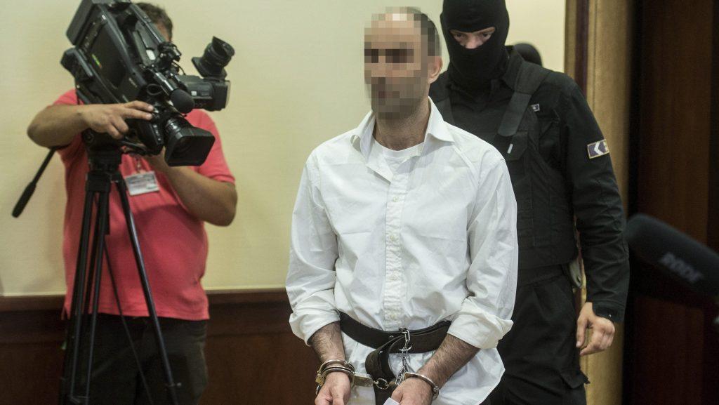Szeged, 2017. június 15. A terrorizmus vádjával elsõ fokon tíz év fegyházbüntetésre ítélt Ahmed H. szír férfit kísérik az ügyének másodfokon történõ tárgyalására a Szegedi Ítélõtábla folyosóján 2017. június 15-én. A röszkei közúti átkelõnél 2015. szeptember 16-án történt tömegzavargásban résztvevõ férfit 2016 novemberében a Szegedi Törvényszék a határzár tömegzavargás résztvevõjeként elkövetett tiltott átlépése és állami szerv kényszerítése céljából, személy elleni erõszakos bûncselekmény elkövetésével megvalósított terrorcselekmény bûntettében mondta ki bûnösnek. MTI Fotó: Ujvári Sándor