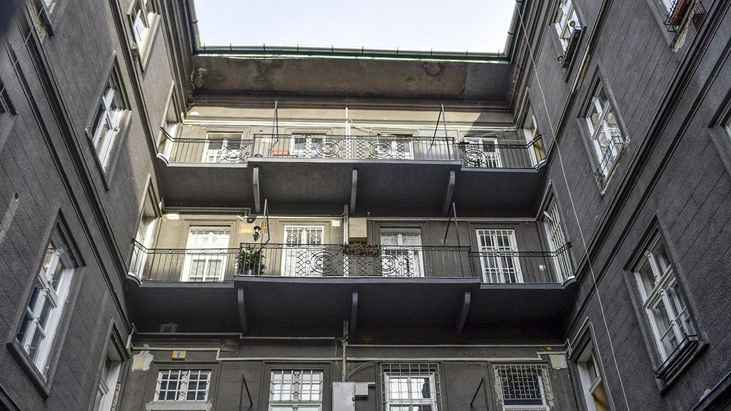 Budapest, 2017. március 17.Az utca felé nyitott folyosós bérház részlete a VIII. kerület Szentkirályi utca 22-24-ben.MTVA/Bizományosi: Róka László ***************************Kedves Felhasználó!Ez a fotó nem a Duna Médiaszolgáltató Zrt./MTI által készített és kiadott fényképfelvétel, így harmadik személy által támasztott bárminemű – különösen szerzői jogi, szomszédos jogi és személyiségi jogi – igényért a fotó készítője közvetlenül maga áll helyt, az MTVA felelőssége e körben kizárt.