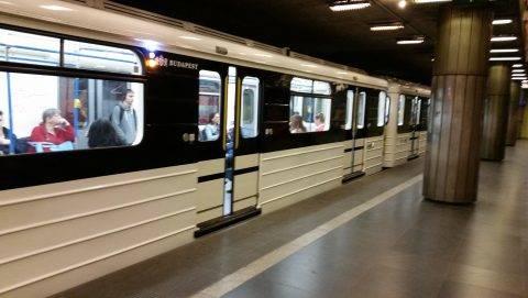Budapest, 2017. április 1. Záródnak az ajtók egy felújított orosz metrószerelvényen a 3-as Metró Nagyvárad téri metróállomásán. MTVA/Bizományosi: Róka László  *************************** Kedves Felhasználó! Ez a fotó nem a Duna Médiaszolgáltató Zrt./MTI által készített és kiadott fényképfelvétel, így harmadik személy által támasztott bárminemû – különösen szerzõi jogi, szomszédos jogi és személyiségi jogi – igényért a fotó készítõje közvetlenül maga áll helyt, az MTVA felelõssége e körben kizárt.