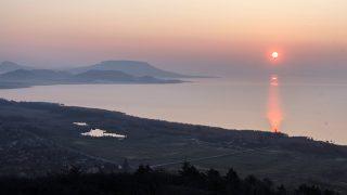 Balatongyörök, 2016. március 17.Napfelkelte a Balaton felett a Balatongyörök közelében lévő Batsányi-kilátóból 2016. március 17-én.MTI Fotó: Varga György