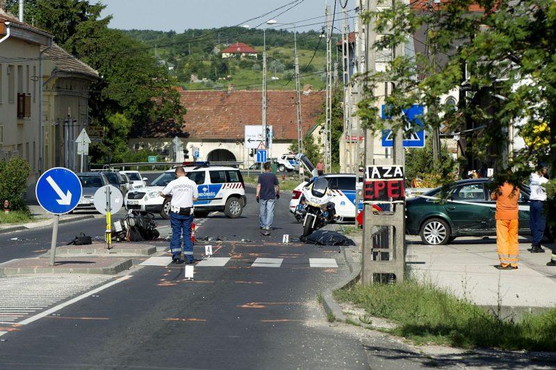 Piliscsaba, 2017. június 10. Rendõrök helyszínelnek Piliscsabán, a 10-es fõúton, ahol egy motorkerékpár és egy személyautó összeütközött 2017. június 10-én. A baleset során a motor vezetõje a helyszínen életét vesztette. MTI Fotó: Lakatos Péter