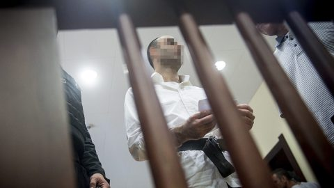 Szeged, 2017. június 15.A terrorizmus vádjával első fokon tíz év fegyházbüntetésre ítélt Ahmed H. szír férfi az ellene folytatott büntetőper másodfokú tárgyalásán a Szegedi Ítélőtábla tárgyalótermében 2017. június 15-én. Az ítélőtábla hatályon kívül helyezte az elsőfokú ítéletet, és új eljárás lefolytatását rendelte el. A röszkei közúti átkelőnél 2015. szeptember 16-án történt tömegzavargásban részt vevő férfit 2016 novemberében a Szegedi Törvényszék a határzár tömegzavargás résztvevőjeként elkövetett tiltott átlépése és állami szerv kényszerítése céljából, személy elleni erőszakos bűncselekmény elkövetésével megvalósított terrorcselekmény bűntettében mondta ki bűnösnek.MTI Fotó: Ujvári Sándor