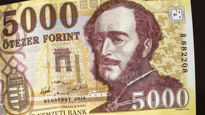 Budapest, 2017. március 19. Újfajta ötezer forintos bankjegyet bocsátott ki a Magyar Nemzeti Bank 2017. március elsejével. Az új fizetõeszköz színvilágában, grafikájában és biztonsági elemeiben is megújult. A Magyar Nemzeti Bank (MNB) 2014. és 2018. között folyamatosan újítja meg a jelenlegi bankjegysorozat címleteit. Ennek elsõ eleme a megújított tízezer forintos volt majd a húszezerforintos bankjegy következett. A régi címletek továbbra is forgalomban maradnak, bevonásuk idõpontjáról az MNB késõbb dönt. MTVA/Bizományosi: Faludi Imre  *************************** Kedves Felhasználó! Ez a fotó nem a Duna Médiaszolgáltató Zrt./MTI által készített és kiadott fényképfelvétel, így harmadik személy által támasztott bárminemû – különösen szerzõi jogi, szomszédos jogi és személyiségi jogi – igényért a fotó készítõje közvetlenül maga áll helyt, az MTVA felelõssége e körben kizárt.