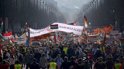 Budapest, 2014. március 29.A Civil Összefogás Fórum (CÖF) békemenetének résztvevői haladnak a Hősök terére az Andrássy úton 2014. március 29-én.MTI Fotó: Beliczay László