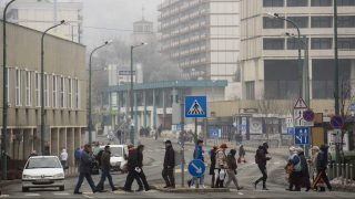 Salgótarján, 2017. február 14. Gyalogosok mennek át a zebrán Salgótarján belvárosában 2017. február 14-én. A szmogriadó tájékoztatási fokozatát rendelték el a városban, mert a levegõ szennyezettsége ismét meghaladja a küszöbértéket. Fekete Zsolt (MSZP) polgármester arra kérte a salgótarjániakat, hogy mérsékeljék a szilárd- és olajtüzelésû berendezések használatát, és lehetõség szerint a tömegközlekedést vegyék igénybe. MTI Fotó: Komka Péter
