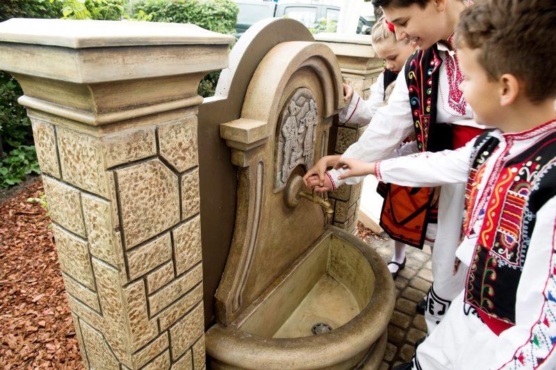 Budapest, 2017. június 16. Bolgár népviseletbe öltözött fiatalok vizet isznak a Soroksár és a bolgár Tvardica 10 éves testvérvárosi kapcsolatának tiszteletére felavatott bolgár ivókútból a soroksári Hõsök terén 2017. június 16-án. MTI Fotó: Koszticsák Szilárd
