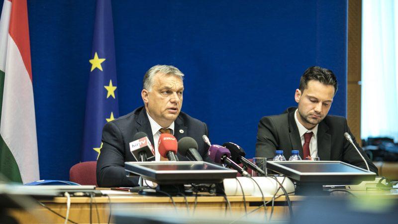 Brüsszel, 2017. június 23. A Miniszterelnöki Sajtóiroda által közreadott képen Orbán Viktor miniszterelnök (b) sajtótájékoztatót tart az Európai Unió állam- és kormányfõinek kétnapos csúcstalálkozója után Brüsszelben 2017. június 23-án. Mellette Havasi Bertalan, a Miniszterelnöki Sajtóiroda vezetõje. MTI Fotó: Miniszterelnöki Sajtóiroda / Szecsõdi Balázs