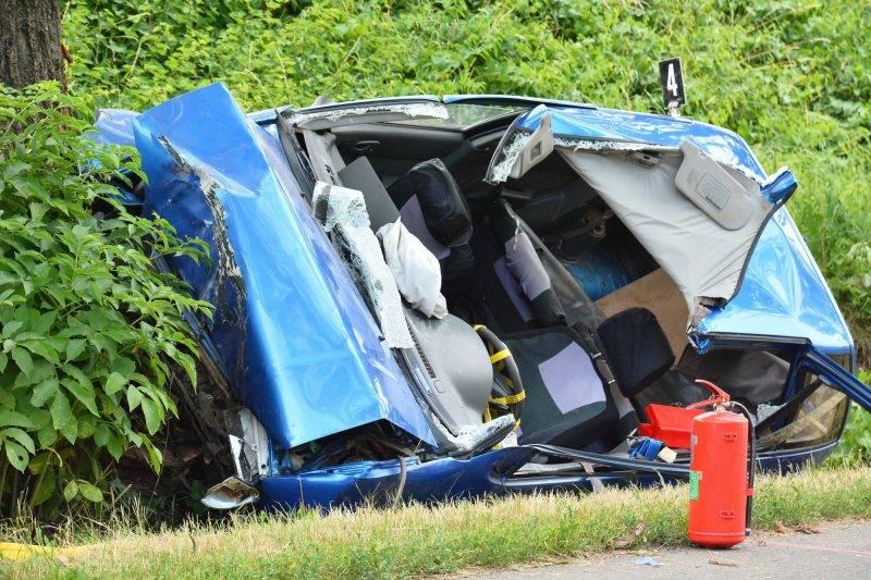 Gávavencsellõ, 2017. június 26. Az útról lesodródott, összetört személygépkocsi a Szabolcs-Szatmár-Bereg megyei Gávavencsellõ és Tiszabercel között 2017. június 26-án. A roncsba szorult 49 éves balsai férfit a tûzoltók szabadították ki, de már nem tudták megmenteni az életét. MTI Fotó: Taipusz Attila