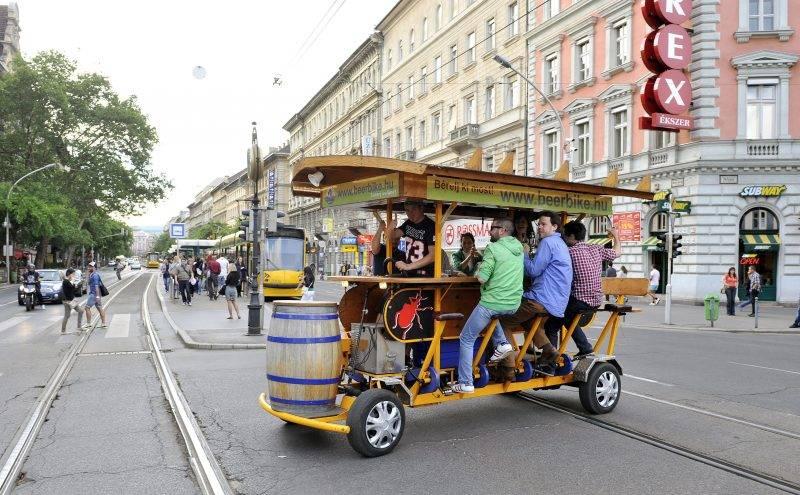 Budapest, 2013. május 21. Turisták kibérelhetõ sörbiciklit hajtanak az Oktogonon 2013. május 21-én. MTI Fotó: Máthé Zoltán