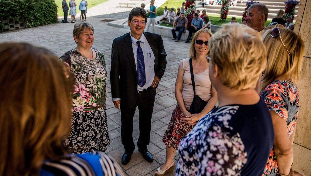 Budaörs, 2016. június 22.Wittinghoff Tamás polgármester (k) a budaörsi önkormányzat dolgozói között a Magyar Köztisztviselők, Közalkalmazottak és Közszolgálati Dolgozók Szakszervezetének kétórás sztrájkja alatt a városháza előtt 2016. június 22-én.MTI Fotó: Balogh Zoltán