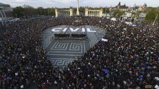 Budapest, 2017. április 12. Nagyméretû szívet formálnak a civil szervezetek átláthatóságáról szóló törvényjavaslat ellen szervezett civil tüntetés résztvevõi a fõvárosi Hõsök terén 2017. április 12-én. MTI Fotó: Balogh Zoltán