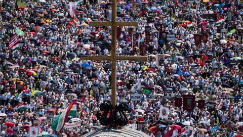 Csíksomlyó, 2017. június 3.A csíksomlyói búcsún tartott szentmise résztvevői a Kis- és Nagysomlyó-hegy közötti nyeregben 2017. június 3-án.MTI Fotó: Balogh Zoltán