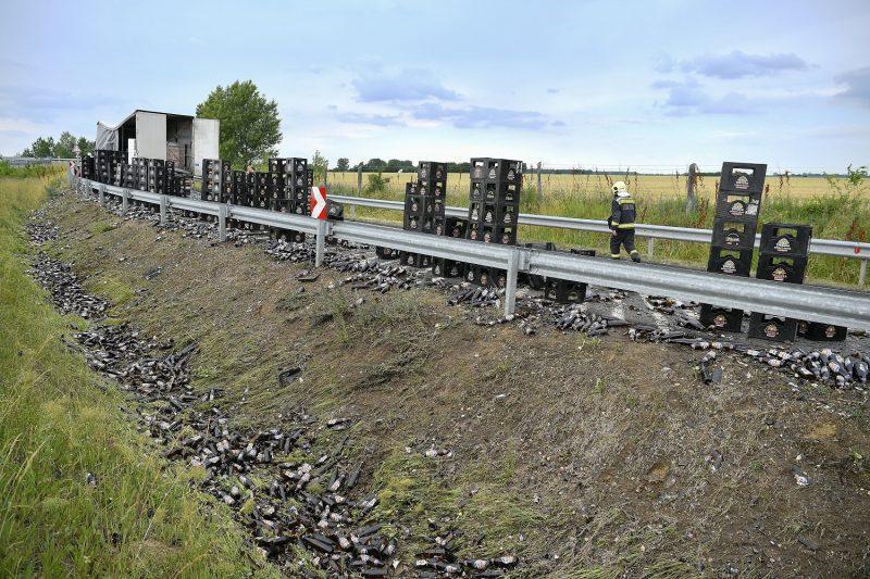 Debrecen-Ondód, 2017. június 12. Sört szállító kamion rakománya az úttesten az M35-ös autópálya ondódi lehajtójánál, Debrecen közelében 2017. június 12-én. MTI Fotó: Czeglédi Zsolt
