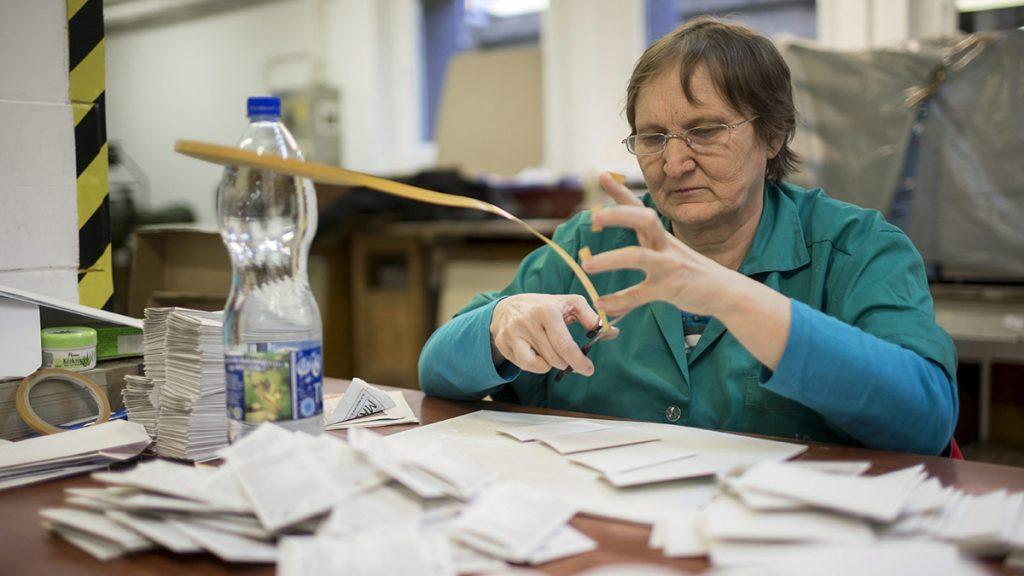 Budapest, 2015. december 2.Az Újbuda Prizma Közhasznú Nonprofit Kft. megváltozott munkaképességű munkavállalója dolgozik egy XI. kerületi nyomdai kötészetben 2015. december 2-án. Az ENSZ 1992-ben nyilvánította december 3-át a fogyatékossággal élő emberek világnapjává, hogy felhívja a figyelmet a baleset, betegség, vagy katasztrófa következtében fogyatékossá vált emberek problémáira.MTI Fotó: Mohai Balázs