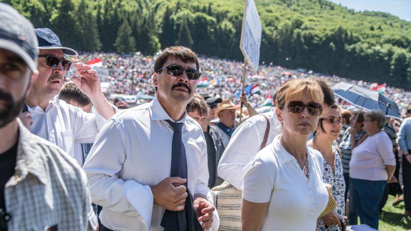 Csíksomlyó, 2017. június 3. Áder János köztársasági elnök (k) és felesége, Herczegh Anita érkezik az Országgyûlés külügyi bizottságának elnöke, Németh Zsolt (b2) társaságában a csíksomlyói búcsún tartott szentmisére a Kis- és Nagysomlyó-hegy közötti nyeregben 2017. június 3-án. MTI Fotó: Veres Nándor