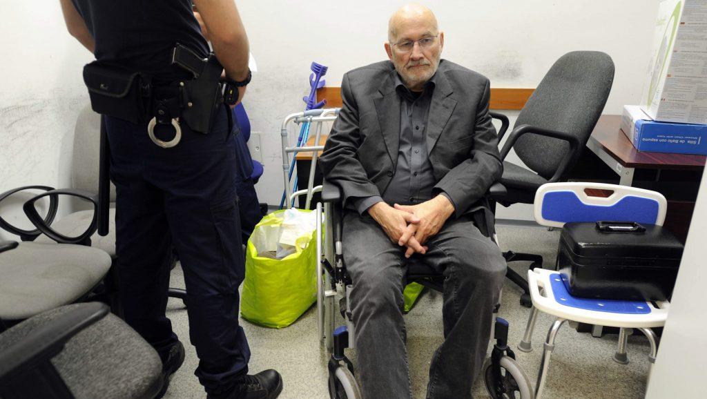 Budapest, 2017. június 13. A Németországban körözött és Sopronban elfogott német Horst Mahler a Liszt Ferenc-repülõtéren 2017. június 13-án. A magyar rendõrség átadta a Sopronban elfogott 81 éves férfit a német hatóságoknak. A holokauszt tagadása miatt Mahlert 2009-ben Németországban tíz év börtönre ítélték. 2015-ben büntetését egészségi állapota miatt felfüggesztettre módosították, de az év elején újra be kellett volna vonulnia a börtönbe, és ekkor megszökött. MTI Fotó: Mihádák Zoltán