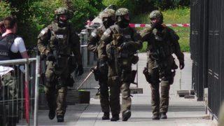 München, 2017. június 13. Rendõrök a müncheni gyorsvasút Unterföhring nevû állomásán 2017. június 13-án, miután lövöldözés történt a helyszínen. Az esetet egy verekedésbe torkolló vita elõzte meg, a lövöldözésben több ember, köztük egy rendõrnõ súlyosan megsebesült, az elkövetõt elfogták. (MTI/EPA/Marc Müller)