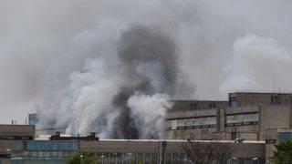 Nagykanizsa, 2017. június 21. Füst száll fel a GE Hungary Zrt. nagykanizsai gyárépületébõl, ahol tûz ütött ki a több száz négyzetméteres lámpabúraraktárban 2017. június 21-én. Elsõdleges információk szerint mintegy száz ember tartózkodott az épületben, amelyet mindannyian elhagytak. Személyi sérülésrõl nincs információ.  MTI Fotó: Varga György