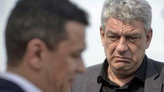 Caragele, 2017. június 26. A 2017. május 12-i képen Mihai Tudose román gazdasági miniszter nézi Sorin Grindeanu akkori, azóta leváltott román kormányfõt (b) a délkelet-romániai  Caragele településen. A Szociáldemokrata Párt (PSD) és a liberális ALDE vezetõi június 26-án bejelentették, hogy a szociálliberális koalíció Tudosét javasolja miniszterelnöknek a Klaus Iohannis államfõ bukaresti rezidenciáján tartandó kormányalakítási tárgyalásokon. (MTI/AP/Andreea Alexandru)