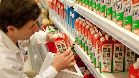 Budapest, 2011. május 19. Egy dolgozó pakol eltûnt gyerekek fotóival ellátott tejesdobozokat egy élelmiszer-áruházban. Négyszázezer tejesdobozon és tízezer egyéb termék csomagolásán jelenik meg négy évek óta eltûnt magyar fiatal képe. Az egyedülálló akcióban, amely az 1000 Lámpás Éjszakája elnevezésû kampány része, december 31-ig lesznek láthatóak a négy fiatal, Till Tamás, Strehó Gergõ, Ackermann Dávid és Gödöllei Dominika képei és adatai. Az eltûnt gyerekeket családtagjaik évek óta hiába várják haza. Az akcióhoz az Alföldi Tej Kft, a Crystal International Kft, a Budapesti Rendõr-fõkapitányság és az Országos Rendõr-fõkapitányság mellett számos civil szervezet is csatlakozott. MTI Fotó: Kallos Bea