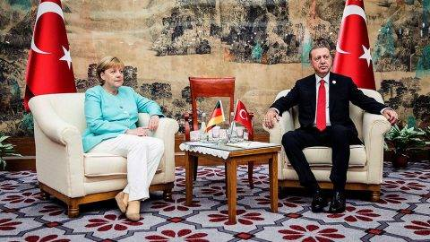 Hangcsou, 2016. szeptember 4.A német kormány sajtószolgálata, a BPA által közreadott képen Angela Merkel német kancellár (b) és Recep Tayyip Erdogan török államfő kétoldalú találkozón vesz részt a G20-csúcs mentén a Csöcsiang tartománybeli Hangcsouban 2016. szeptember 4-én. A világ 19 legfejlettebb gazdaságú és vezető feltörekvő országának, valamint az Európai Uniót tömörítő húszas csoport, a G20 vezetőinek kétnapos csúcstalálkozója szeptember 4-én kezdődött a kínai városban. (MTI/EPA/BPA/Jseco Denzel)