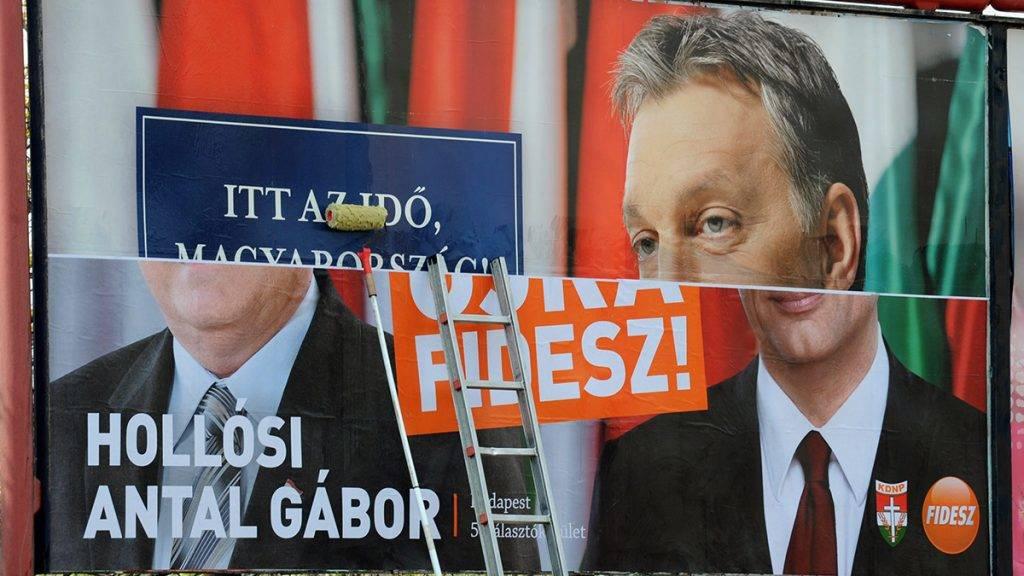 Budapest, 2010. április 16.Hollósi Antal Gábor képviselőjelölt és Orbán Viktor miniszterelnök-jelölt portréját ábrázoló óriásplakátot ragaszt fel egy munkás a Fidesz-KDNP korábban kirakott választási plakátjára az április 25-i országgyűlési választás második fordulója előtt Budapest 5-ös számú egyéni választókerületében, a IV. kerületi Fóti úton.MTI Fotó: Manek Attila