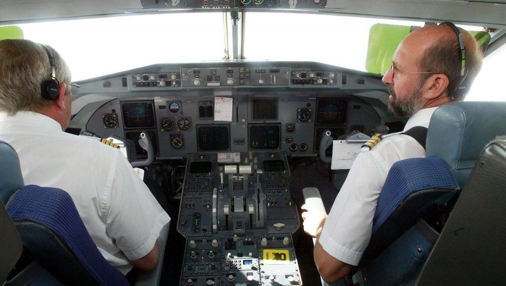 Photo du poste de pilotage d'un Fokker 70 de la compagnie aérienne Air Littoral, prise le 12 octobre 2002.    AFP PHOTO DOMINIQUE FAGET / AFP PHOTO / DOMINIQUE FAGET