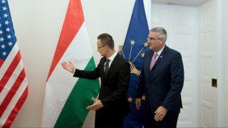 Budapest, 2017. június 14. Szijjártó Péter külgazdasági és külügyminiszter (b) hivatalában fogadja Eric Holcombot, az egyesült államokbeli Indiana kormányzóját 2017. június 14-én. MTI Fotó: Koszticsák Szilárd