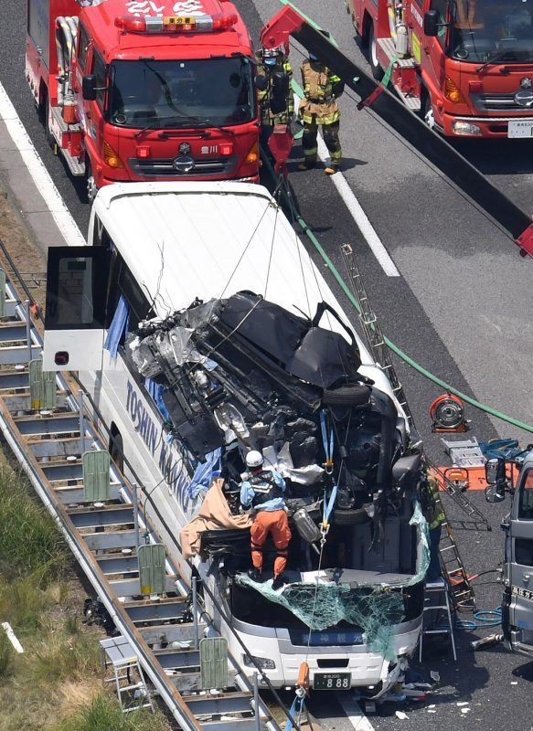 A aerial picture shows a wreackage of car on the rooftop of a  sighseeing bus seen on the Tomei Expressway in Shinshiro City, Aichi Prefecture on June 10, 2017.  According to the local fire department, the  car believed to collide  with the bus carrying forty passengers and thirty people wree injured.  ( The Yomiuri Shimbun )