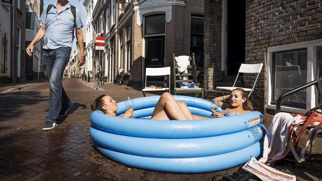 Utrecht, 2016. július 19. Két diáklány egy felfújható medencében Utrecht belvárosában 2016. július 19-én, amikor a térségben a hõmérséklet meghaladja a 31 Celsius-fokot. (MTI/EPA/Remko de Waal)