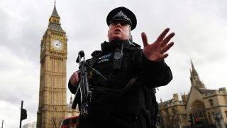 London, 2017. március 22. Gépfegyveres rendõr áll a brit parlament épületénél, ahol lövöldözés volt 2017. március 22-én. Az elsõ jelentések több sebesültrõl szólnak, a parlament és a vele szomszédos képviselõház épületét a rendõrség kiürítette. (MTI/EPA/Andy Rain)