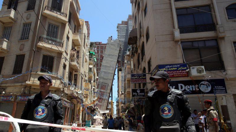 Alexandria, 2017. június 2. Egy lakóház az utca túloldalán álló épületre dõl az egyiptomi Alexandriában 2017. június 2-án. A hatóságok kiköltöztették az épület szomszédságában élõ lakókat. (MTI/EPA/Haled el-Fiki)
