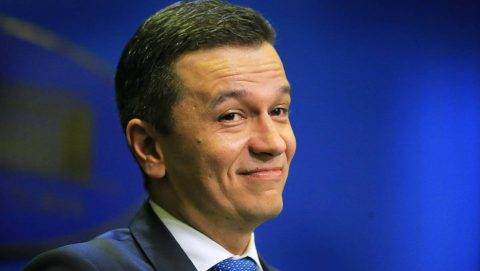 Bukarest, 2017. június 15. Sorin Grindeanu miniszterelnök sajtótájékoztatót tart a bukaresti kormányhivatalban 2017. június 15-én, miután a román kormányt eddig támogató PSD-ALDE szociálliberális kormánykoalíció vezetõ testületei bejelentették: bizalmatlansági indítványt terjesztenek be a román parlamentben Grindeanu ellen a kormányprogram végrehajtásának késésére hivatkozva. (MTI/EPA/Robert Ghement)