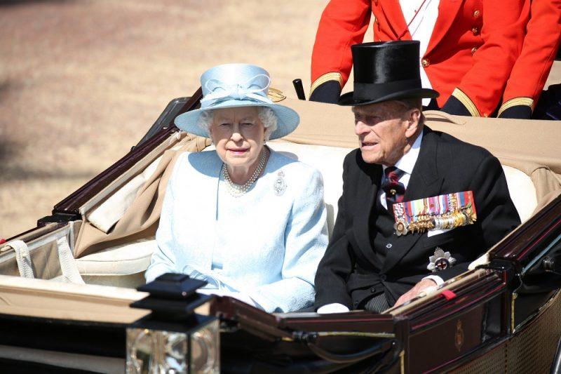 London, 2017. június 17. II. Erzsébet brit uralkodó férje, Fülöp edinburghi herceg társaságában nyitott hintón érkezik a hivatalos születésnapja alkalmából rendezett hagyományos zászlós díszszemlére (Trooping the Colour) Londonban 2017. június 17-én. A tisztelgõ katonai parádét 1748 óta mindig június második szombatján tartják. II. Erzsébet királynõ, a nyugati világ legidõsebb és leghosszabb ideje regnáló uralkodója, 1926. április 21-én született. (MTI/EPA/Brit védelmi minisztérium) *** Local Caption *** 52816994
