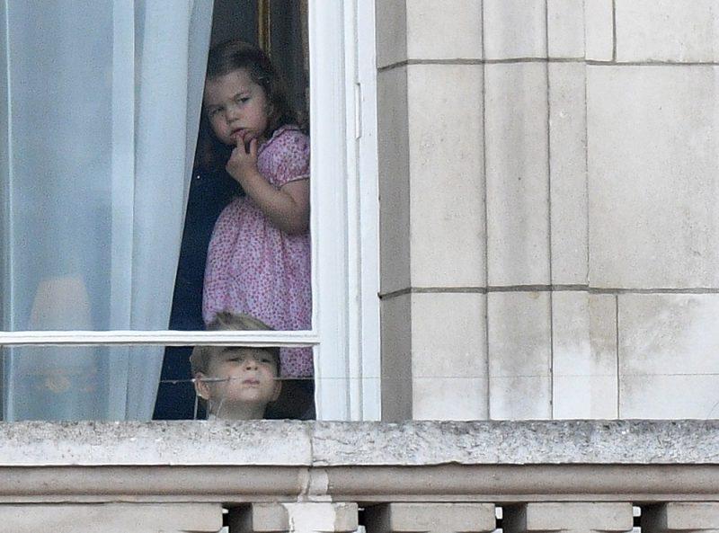 London, 2017. június 17. Sarolta hercegnõ és György herceg, Katalin cambridge-i hercegnõ és Vilmos cambridge-i herceg  gyermekei a londoni királyi rezidencia, a Buckingham-palota egyik ablakában várják dédnagyanyjuk,  II. Erzsébet birt uralkodó hazaérkezését a királynõ  hivatalos születésnapja alkalmából rendezett hagyományos zászlós díszszemlérõl (Trooping the Colour) Londonban 2017. június 17-én. A tisztelgõ katonai parádét 1748 óta mindig június második szombatján tartják. II. Erzsébet királynõ, a nyugati világ legidõsebb és leghosszabb ideje regnáló uralkodója, 1926. április 21-én született. (MTI/EPA/Facundo Arrizabalaga)