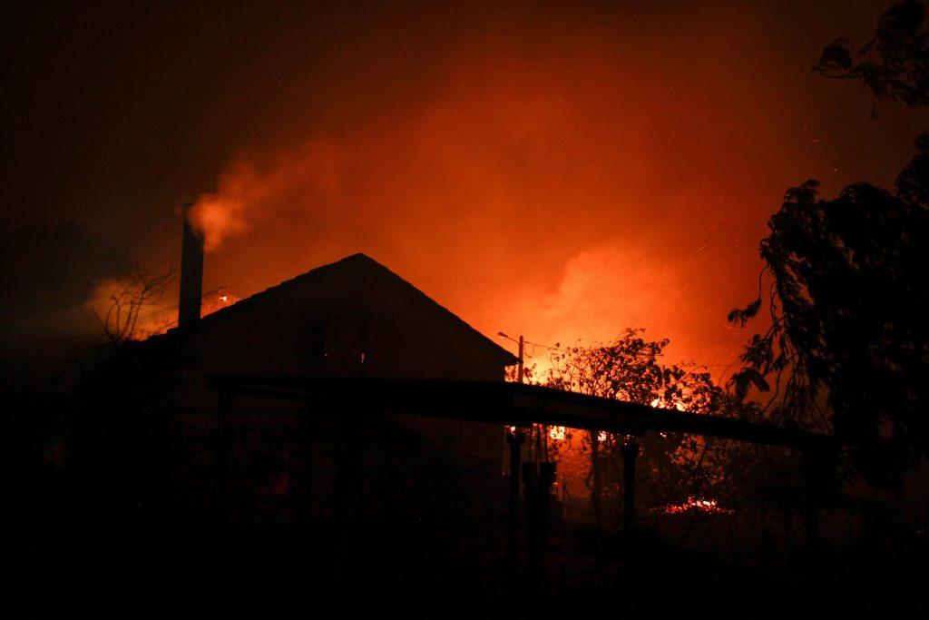 Pedrógao Grande, 2017. június 18. Erdõtûz pusztít a Portugália középsõ részén található Leiria térségében, Pedrógao Grande közelében 2017. június 17-én. A környezõ falvakat is fenyegetõ heves tûzben negyvenhárom ember életét vesztette, ötvenkilencen  megsérültek. (MTI/EPA/Paulo Cunha)