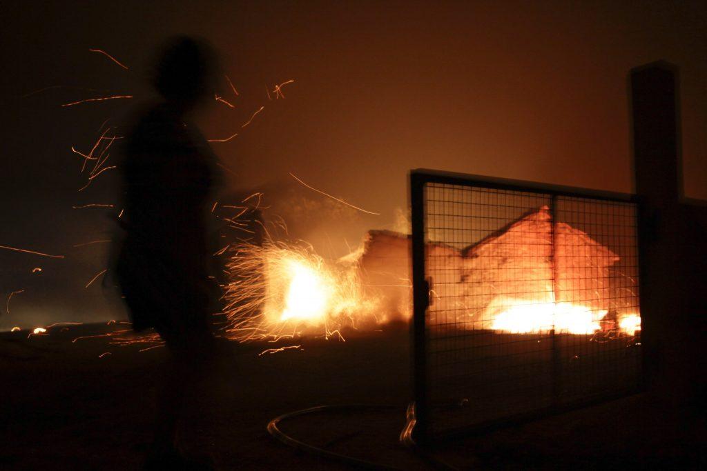Pedrógao Grande, 2017. június 18. Egy ház ég a Portugália középsõ részén található Leiria térségében, Pedrógao Grande közelében, ahol erdõtûz pusztít 2017. június 17-én. A környezõ falvakat is fenyegetõ heves tûzben negyvenhárom ember életét vesztette, ötvenkilencen  megsérültek. (MTI/EPA/Paulo Cunha)