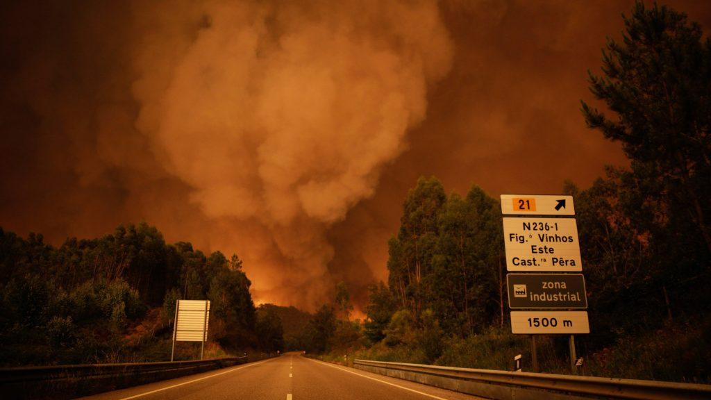 Pedrógao Grande, 2017. június 18. Erdõtûz pusztít egy autóúton a Portugália középsõ részén található Leiria térségében, Pedrógao Grande közelében 2017. június 17-én. A környezõ falvakat is fenyegetõ heves tûzben negyvenhárom ember életét vesztette, ötvenkilencen  megsérültek. (MTI/EPA/Paulo Cunha)