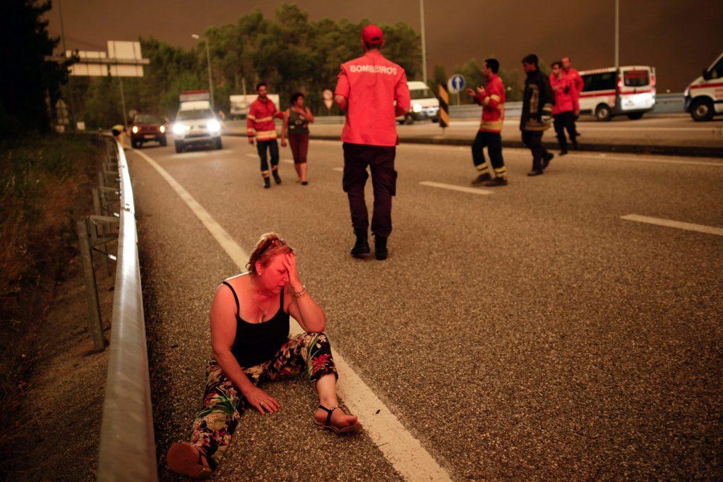 Pedrógao Grande, 2017. június 18. Egy asszony ül a földön a Portugália középsõ részén található Leiria térségében, Pedrógao Grande közelében, ahol erdõtûz pusztít 2017. június 17-én. A környezõ falvakat is fenyegetõ heves tûzben negyvenhárom ember életét vesztette, ötvenkilencen  megsérültek. (MTI/EPA/Paulo Cunha)
