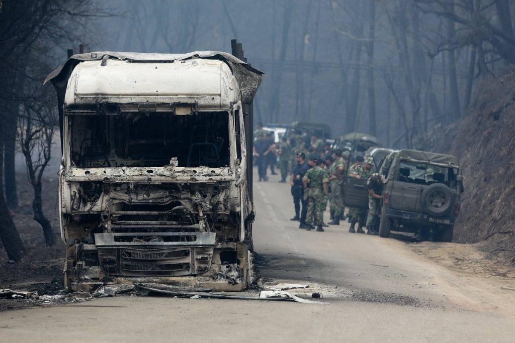 Pedrógao Grande, 2017. június 19. Katonák érkeznek a Portugália középsõ részén tomboló erdõtûzben kiégett jármûvek egyikéhez Pedrógao Grande településen 2017. június 19-én. A pusztító tûzvész halálos áldozatainak száma 62-re emelkedett, több mint ötvenen megsérültek. Többen füstmérgezés miatt haltak meg, mások bennégtek a kocsijukban, amikor a lángok csapdájába estek, vagy késõbb, a kórházban haltak bele a sérüléseikbe. (MTI/EPA/Paulo Novais)