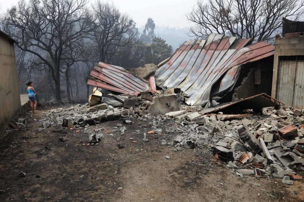 Pedrógao Grande, 2017. június 19. A Portugália középsõ részén tomboló erdõtûzben kiégett házak maradványai Pedrógao Grande településen 2017. június 19-én. A pusztító tûzvész halálos áldozatainak száma 62-re emelkedett, több mint ötvenen megsérültek. Többen füstmérgezés miatt haltak meg, mások bennégtek a kocsijukban, amikor a lángok csapdájába estek, vagy késõbb, a kórházban haltak bele a sérüléseikbe. (MTI/EPA/Paulo Novais)