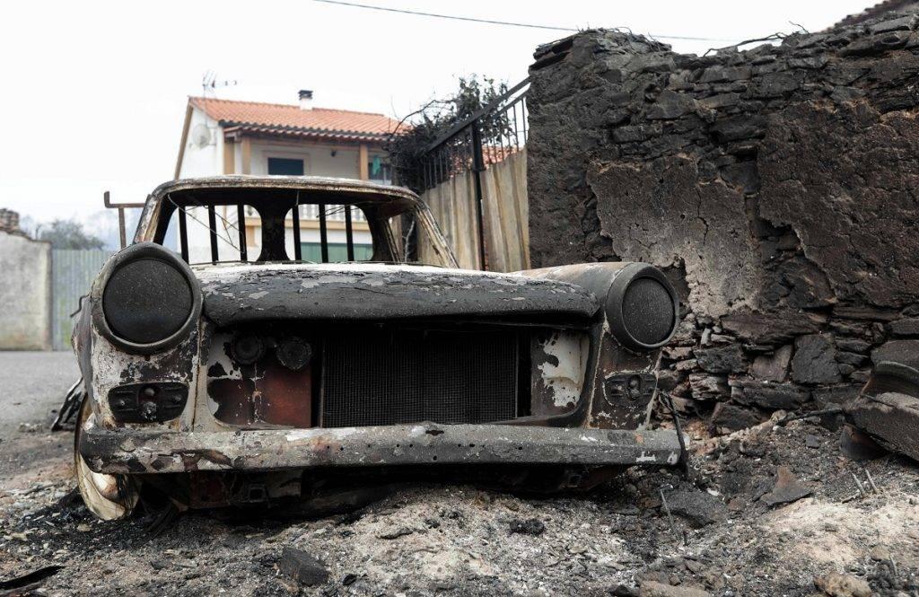 Pedrógao Grande, 2017. június 19. A Portugália középsõ részén tomboló erdõtûzben kiégett jármûvek egyike Pedrógao Grande településen 2017. június 19-én. A pusztító tûzvész halálos áldozatainak száma 62-re emelkedett, több mint ötvenen megsérültek. Többen füstmérgezés miatt haltak meg, mások bennégtek a kocsijukban, amikor a lángok csapdájába estek, vagy késõbb, a kórházban haltak bele a sérüléseikbe. (MTI/EPA/Paulo Novais)