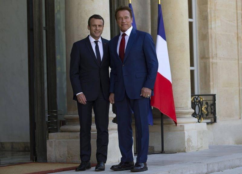 Párizs, 2017. június 23. Emmanuel Macron francia elnök (j) fogadja Arnold Schwarzenegger amerikai színészt, volt kaliforniai kormányzót a párizsi államfõi rezidencia, az Elysée-palota bejáratánál 2017. június 23-án. (MTI/EPA/Ian Langsdon)