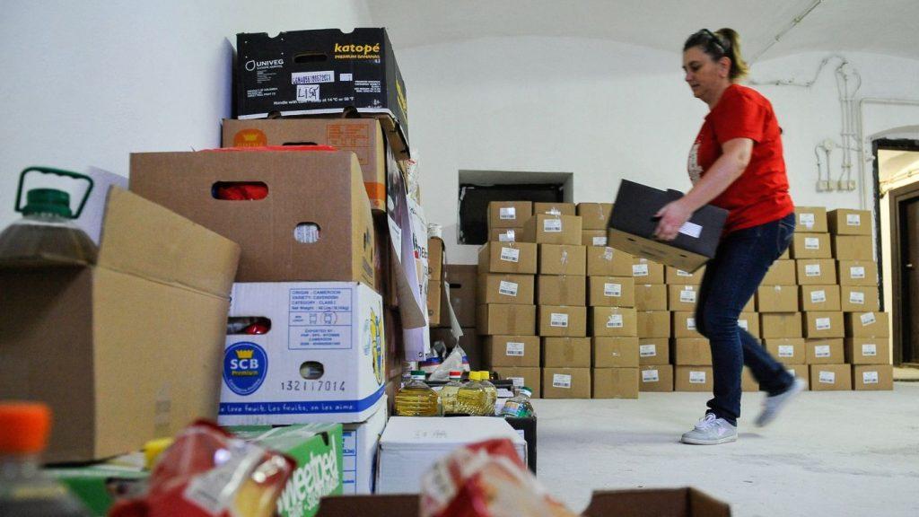 Debrecen, 2016. október 25. A Debreceni Élelmiszermentõ Hálózat munkatársa élelmiszeradományt pakol a szervezet raktárában 2016. október 25-én. Az élelmezési világnap alkalmából a hálózat munkatársai és a Debreceni Karitatív Testület tagszervezetei a város nagyobb bevásárlóközpontjaiban élelmiszergyûjtõ akciót szerveztek, amelyen három és fél tonna tartósélelmiszert gyûjtöttek össze. Az akcióhoz csatlakozott Civita Food Kft. is, amely 1500 csomag gluténmentes száraztésztát ajánlott fel. Az élelmiszeradományokat az õszi szünet kezdetén kapják meg a rászoruló családok. MTI Fotó: Czeglédi Zsolt