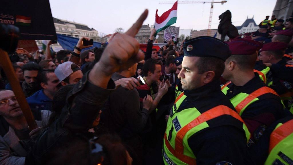Budapest, 2017. április 9.Rendőrök és tiltakozók a Parlament előtti Kossuth Lajos téren 2017. április 9-én. Az Oktatási szabadságot csoport Szabad ország, szabad CEU, szabad gondolat! címmel meghirdetett demonstrációja után többen a Parlament előtt maradtak. A demonstráción a nemzeti felsőoktatásról szóló törvény április 4-i módosítása ellen tiltakoztak, amely szerintük ellehetetleníti a Közép-európai Egyetem (CEU) magyarországi működését. Ezért arra kérik Áder János köztársasági elnököt, hogy ne írja alá az elfogadott törvényt.MTI Fotó: Balogh Zoltán